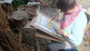 Franziska Fiedler zeichnet beim Korbflechter mit Tonfarbe
