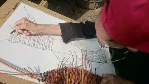 Karl Gindele zeichnet einen Weidenwatschel mit Graphit
